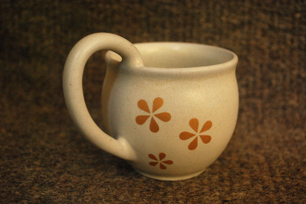 The Big Handle Mug in ivory, motifed with gold flowers
